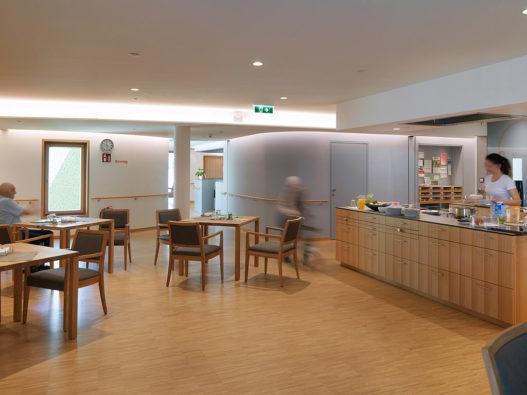 Esstische und Stühle für Essbereich Seniorinnenwohnheim Nonntal