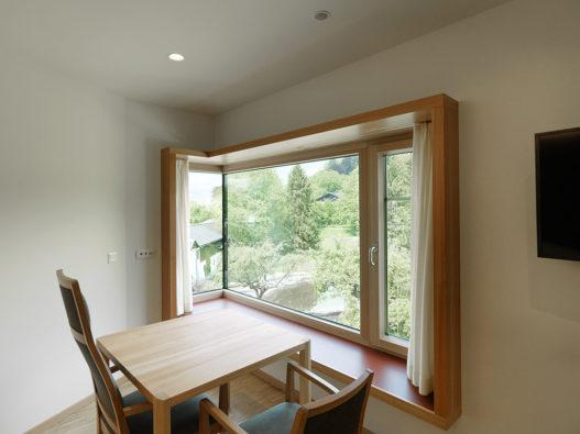 Tisch und Stühle in Zimmer im Seniorinnenwohnheim Nonntal
