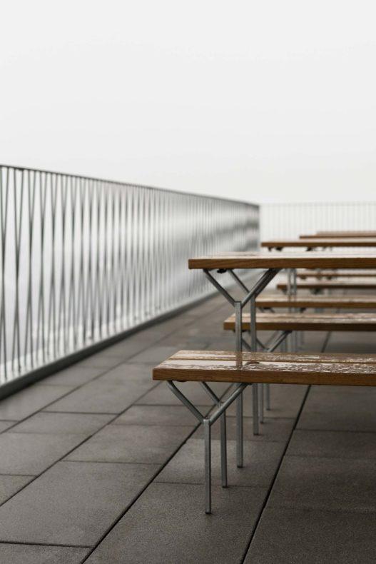 Patscherkofelbahn Tische und Holzbänke mit Metallgestell