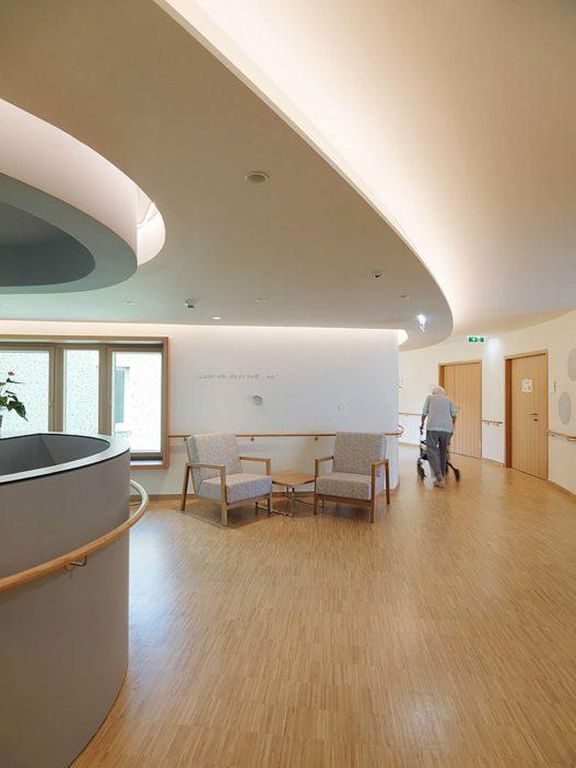 Loungemöbel im Eingangsbereich des Seniorenwohnhaus Nonntal
