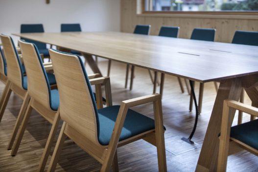 Tische und Stühle im Gemeindezentrum Amlach