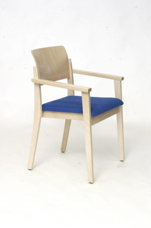 Stuhl Tiss mit Armlehnen und blauer Sitzpolsterung