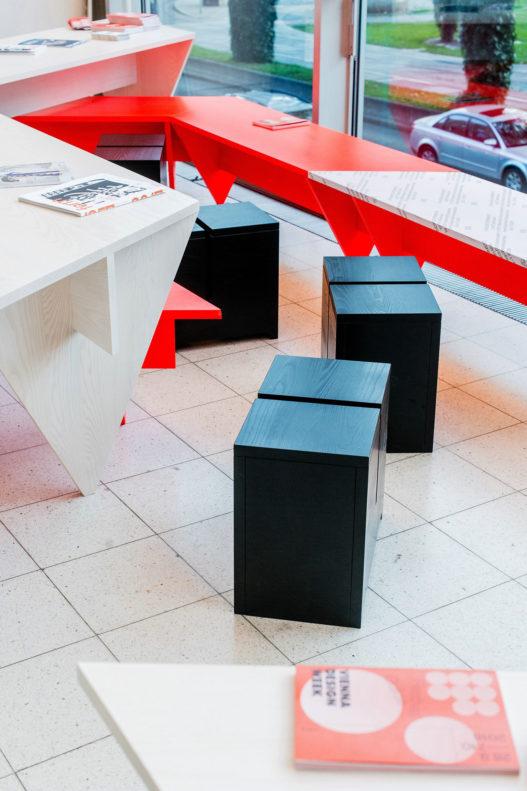 Sitzhocker schwarz in Pop Up Café der Vienna Design Week