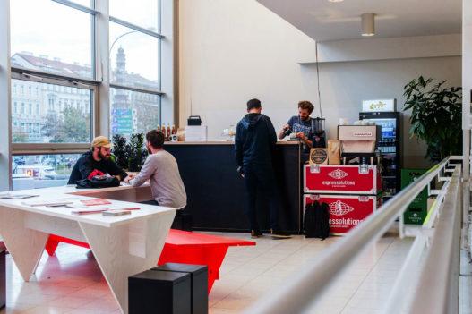 Pop Up Café der Vienna Design Week mit Tischen und Sitzbänken von Trewit