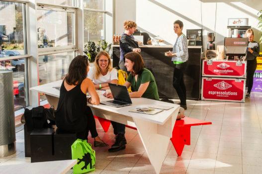 Tische und Sitzbänke von Trewit bei Vienna Design Week