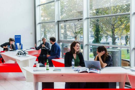 Besucher im Pop Up Cafe der Vienna Design Week