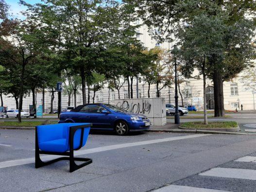 Trewit Freischwinger mit blauer Polsterung