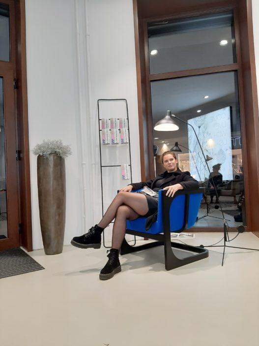 Trewit Freischwinger mit blauer Polsterung bei Vienna Design Week 2020