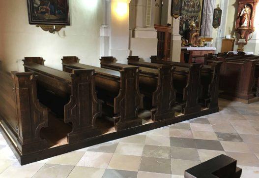 Reihen der Kirchenbänke in Pfarr- und Wallfahrtskirche Hoheneich