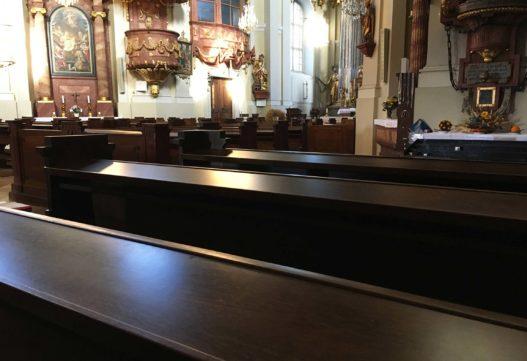 Kirchenbänke der Pfarr- und Wallfahrtskirche Hoheneich