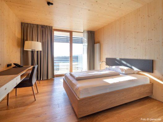 Bett und Schreibtisch von Trewit in Gesundheitseinrichtung Josefhof