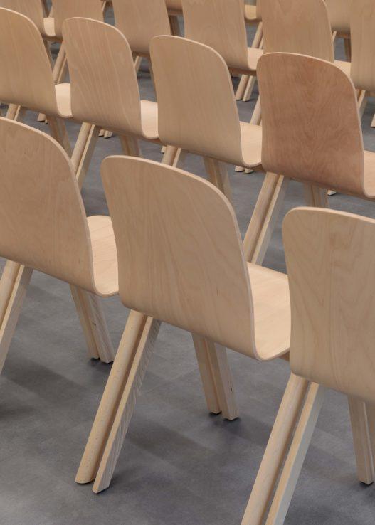 Massivholzmöbel für öffentliche Räume