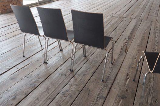 Holzstühle von Trewit mit Metallbeinen in Kitzmantelfabrik Museum