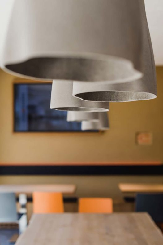 Variotherm Kantine Lampen und Möblierung