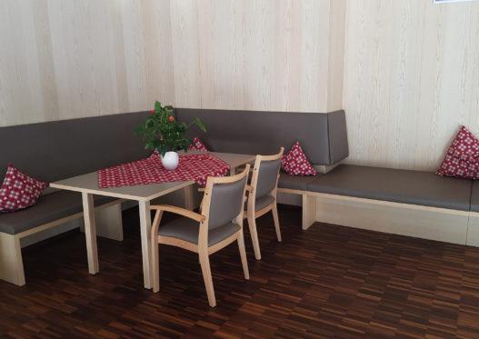 Eckbank, Stühle und Esstisch im Sozialzentrum Sölden