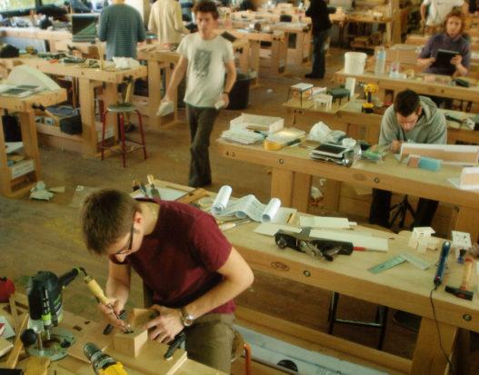 Schüler der Ecole Boulle in Paris im Arbeitsbereich mit Hobelbänken von Wittmann/Trewit