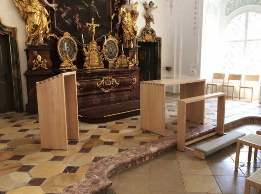 Altar und Rednerpult aus Massivholz in Akademikerkapelle Kremsmünster