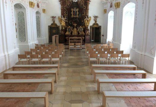 Altar, Bestuhlung und Sitzbänke von Trewit in Akademikerkapelle Kremsmünster