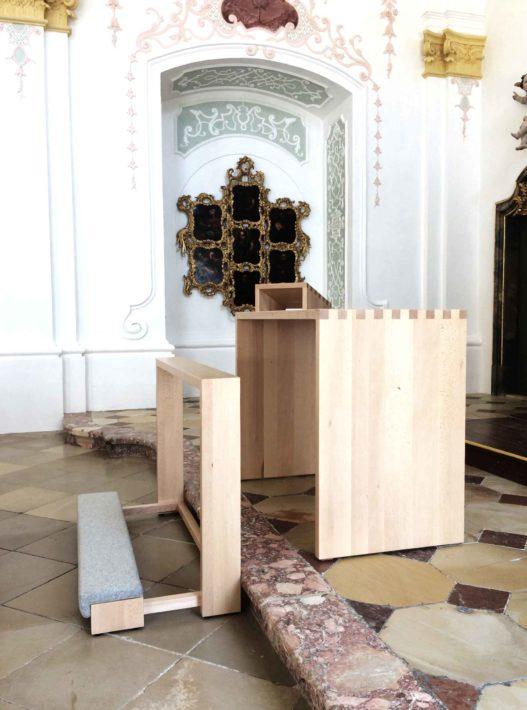 Altar und Kniebank aus Massivholz von Trewit in Akademikerkapelle Kremsmünster