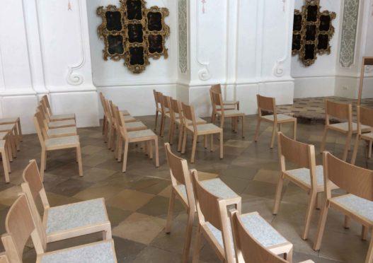 Bestuhlung aus Massivholz mit Sitzauflage