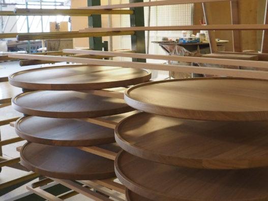 Tischplatten des Beistelltisches Marie in der Produktion