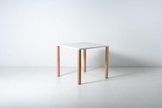 Barrierefreier und rollstuhlunterfahrbarer Holztisch von Trewit