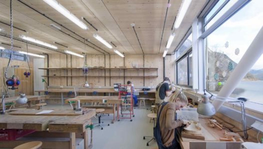 Schüler beim Instrumentenbau in HTBLA Hallstatt